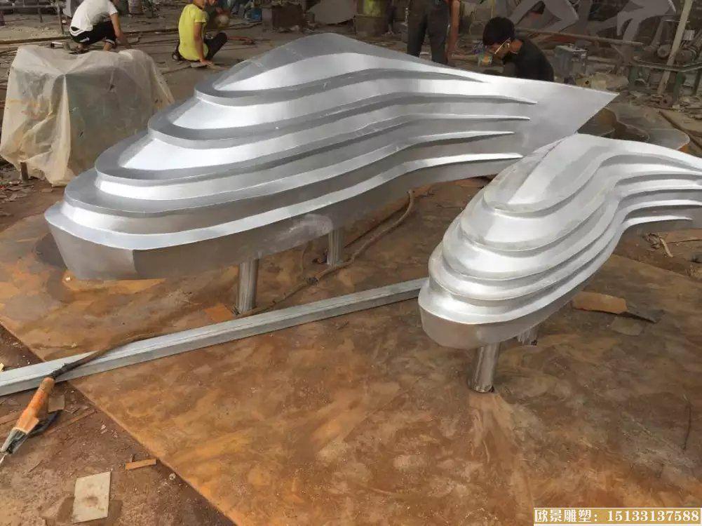 不锈钢抽象金鱼流水水景装饰